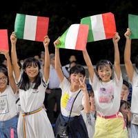 スタンドからイタリアの国旗を掲げる子供たち=レベルファイブスタジアムで2019年9月26日、津村豊和撮影