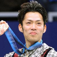 バンクーバー五輪で銅メダルを獲得し、メダルを誇らしげに見せる高橋大輔=パシフィックコロシアムで2010年2月18日、須賀川理撮影