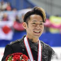 全日本選手権で2位となり、記念撮影で笑顔を見せる高橋大輔=大阪府門真市の東和薬品ラクタブドームで2018年12月24日、猪飼健史撮影