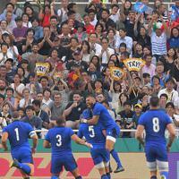 【イタリア-カナダ】イタリアのトライに盛り上がる観客席=レベルファイブスタジアムで2019年9月26日、徳野仁子撮影