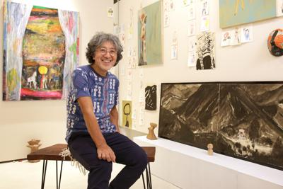 個展会場で撮影に応じる絵本作家の荒井良二さん=東京都渋谷区で、山下浩一撮影