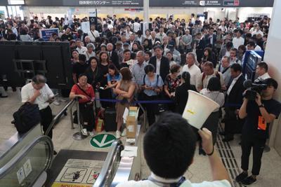 保安検査場で乗客の手荷物だった刃物を見逃して検査を通したことが発覚し、手荷物再検査や相次ぐ欠航便などの影響で混雑するロビー=大阪空港で2019年9月26日午後0時22分、小出洋平撮影