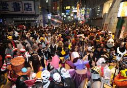 「ハロウィーン」で深夜までにぎわう渋谷駅周辺=東京都渋谷区で