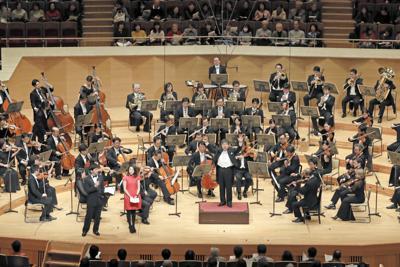 がんばろう日本!スーパーオーケストラのフィナーレで「ふるさと」を合唱する演奏者ら=東京都港区のサントリーホールで2019年3月1日、小川昌宏撮影