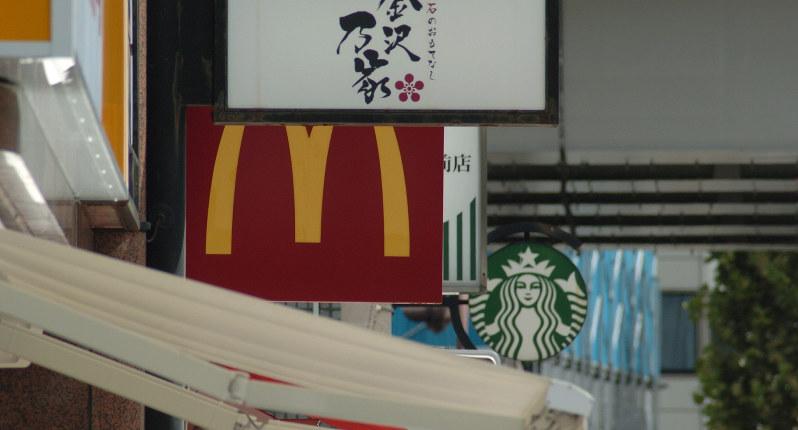 スターバックスは店内飲食と持ち帰りで商品価格が変わるが、マクドナルドは同一価格で提供する