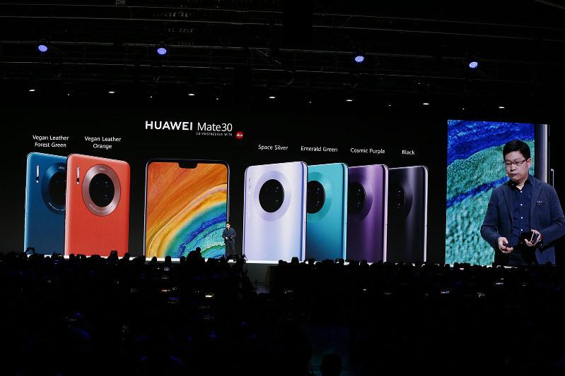 ファーウェイが発表した新型スマートフォン「Mate30」には、グーグルマップなどが非搭載。右端はファーウェイの消費者向けビジネスの責任者、余承東氏=ドイツ・ミュンヘンで9月19日(Bloomberg)