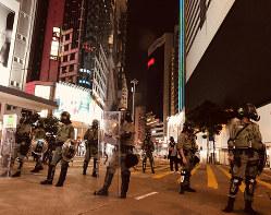デモ隊に向けた催涙弾が撃たれた直後のコーズウェイベイ。警官が道路を封鎖=2019年9月(筆者撮影)