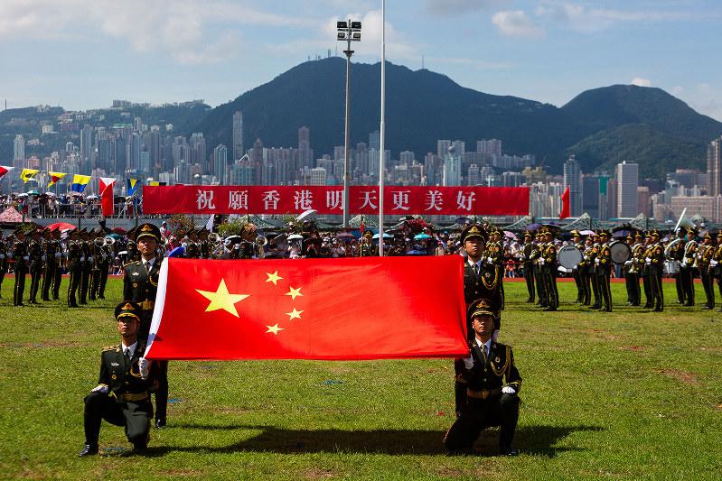 香港の昂船洲軍営で中国国旗を掲げる中国人民解放軍=2019年6月(Bloomberg)