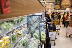 生鮮食料品なども早朝配送で届く(韓国のスーパーマーケット)(Bloomberg)