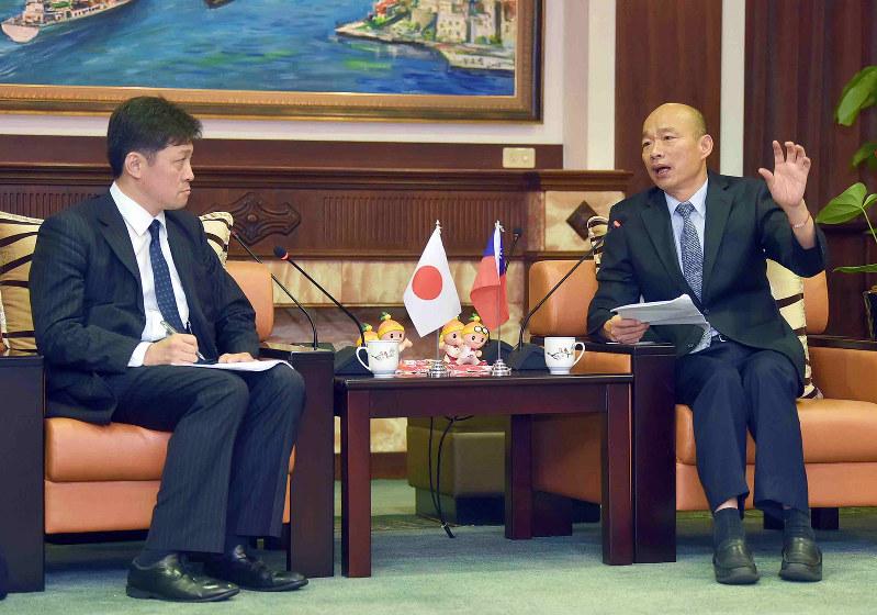 韓国瑜市長(右)と松田康博教授の会談(高雄市政府新聞局撮影)