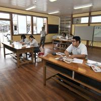 ネット販売で効果的なPR方法を聞く生徒たち(右側)=福島県南相馬市の県立相馬農業高で