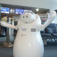 搭乗案内のアナウンスをする「JET」=成田空港で