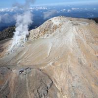 噴火から5年を迎えた御嶽山=2019年9月27日午前9時50分、本社ヘリから尾籠章裕撮影