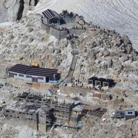 噴火から5年を迎えた御嶽山の山頂付近=2019年9月27日午前9時54分、本社ヘリから尾籠章裕撮影