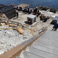 御嶽山頂にある階段の手すりは5年前の噴火の影響で、折れ曲がったままだ=長野県木曽町で2019年9月27日午前10時23分、島袋太輔撮影