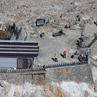 27日で噴火災害から5年を迎えた御嶽山の山頂=長野県の木曽町と王滝村の境界で2019年9月27日午前10時、本社ヘリから尾籠章裕撮影