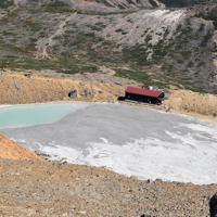 エメラルドグリーンに輝いていたニノ池(9合目付近)には火山灰が残る。隣接する山小屋は今夏、営業を再開した=長野県木曽町で2019年9月27日午前10時20分、島袋太輔撮影