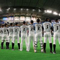 【日本ハム―オリックス】引退試合となる田中賢介選手(右)と同じユニホームを着て整列する日本ハムの選手たち=札幌ドームで2019年9月27日、貝塚太一撮影