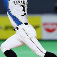 【日本ハム―オリックス】八回裏日本ハム2死一、二塁、田中賢が日本で1499安打となる右翼への適時打を放つ=札幌ドームで2019年9月27日、貝塚太一撮影