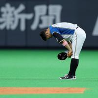 【日本ハム―オリックス】九回表、二塁の守備につき観客の声援に頭を下げる田中賢=札幌ドームで2019年9月27日、貝塚太一撮影