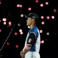 【日本ハム―オリックス】引退セレモニーで涙ながらにあいさつする田中賢=札幌ドームで2019年9月27日、貝塚太一撮影