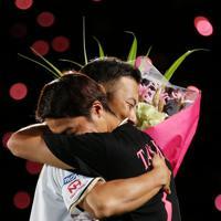 【日本ハム―オリックス】引退セレモニーで中島卓(手前)と抱き合う田中賢=札幌ドームで2019年9月27日、貝塚太一撮影