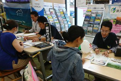 6市町村が開いた「ひとり親のための合同移住相談会」には、10人以上が訪れた=東京都中央区の「移住・交流情報ガーデン」で2019年7月21日、兵庫県神河町提供