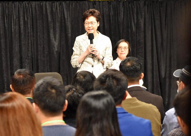 市民との対話集会にのぞむ林鄭月娥行政長官=香港のクイーンエリザベス体育館で2019年9月26日午後7時3分、福岡静哉撮影