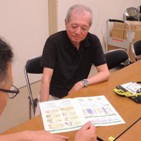 仕事探しのため相談に訪れた高齢者(奥)=大阪市城東区の大阪市シルバー人材センターで、宇都宮裕一撮影