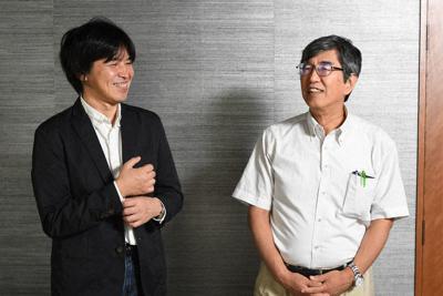 小林雅之・桜美林大学教授(右)とジャーナリストの森健さん=東京都千代田区で、根岸基弘撮影