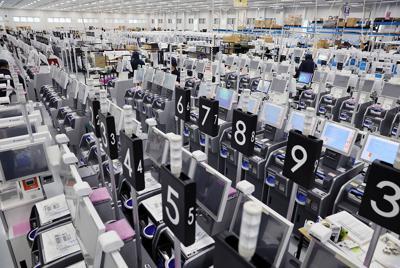 10月から二つの税率に対応するため、レジを製造する会社では全国のスーパーなどから注文が急増し、工場では出荷を待つレジが並ぶ=岩手県奥州市で2019年9月5日、佐々木順一撮影