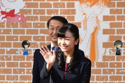 出迎える人たちに笑顔で手を振られる秋篠宮家の次女佳子さま=鳥取空港で2019年9月28日午後3時14分、望月亮一撮影