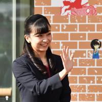 出迎えた人たちに笑顔で手を振られる秋篠宮家の次女佳子さま=鳥取空港で2019年9月28日午後3時14分、望月亮一撮影