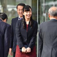 出迎えた人たちに笑顔であいさつされる秋篠宮家の次女佳子さま=鳥取空港で2019年9月28日午後3時14分、望月亮一撮影