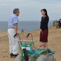 鳥取砂丘でサンドバギー(手前)の説明を聞かれる秋篠宮家の次女佳子さま=鳥取市で2019年9月28日午後4時56分、望月亮一撮影