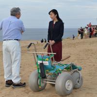 鳥取砂丘でサンドバギー(手前)の説明を聞かれる秋篠宮家の次女佳子さま=鳥取市で2019年9月28日午後4時57分、望月亮一撮影