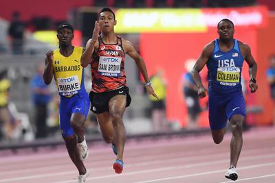 男子100メートル予選、6組で力走するサニブラウン・ハキーム(中央)。右はクリスチャン・コールマン=カタール・ドーハで2019年9月27日、久保玲撮影