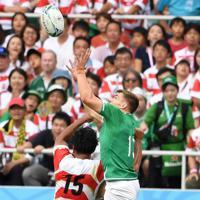 【日本-アイルランド】前半、山中(左)とボールを競り合うアイルランドのリングローズ。この後、ボールをキープしたリングローズがトライを決める=静岡スタジアムで2019年9月28日、竹内紀臣撮影