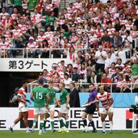 【日本-アイルランド】前半、アイルランドのリングローズ(左から3人目)に先制のトライを決められ、肩を落とす山中(右)、レメキ(右から2人目)ら=静岡スタジアムで2019年9月28日、竹内紀臣撮影