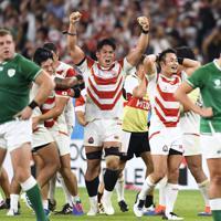 【日本―アイルランド】アイルランドに勝利し、喜びを爆発させる姫野(中央)、福岡(右から2人目)ら日本の選手たち=静岡スタジアムで2019年9月28日、藤井達也撮影