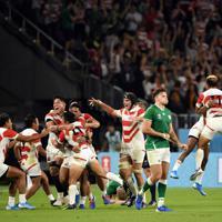 【日本-アイルランド】アイルランドに勝利し、抱き合って喜ぶ日本代表の選手たち=静岡スタジアムで2019年9月28日、竹内紀臣撮影