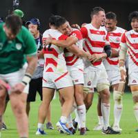 【日本―アイルランド】アイルランドに勝利し抱き合って喜ぶ田村(中央)ら日本の選手たち=静岡スタジアムで2019年9月28日、長谷川直亮撮影