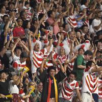 【日本―アイルランド】後半、福岡の逆転トライに喜びを爆発させる観客たち=静岡スタジアムで2019年9月28日、藤井達也撮影