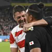 【日本―アイルランド】アイルランドに勝利し、笑顔を見せるトンプソン(左)=静岡スタジアムで2019年9月28日、藤井達也撮影