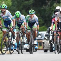 レース終盤、フランシスコ・マンセボがマトリックスパワータグのメンバーら先頭集団を率いる=JBCF提供