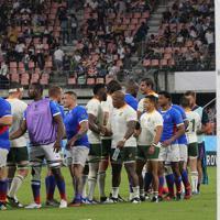【南アフリカ―ナミビア】ノーサイドとなり、握手する南アフリカとナミビアの選手たち=豊田スタジアムで2019年9月28日、宮武祐希撮影