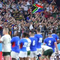 【南アフリカ―ナミビア】ノーサイドとなり、南アフリカとナミビアの選手に拍手を送るファンたち=豊田スタジアムで2019年9月28日、宮武祐希撮影