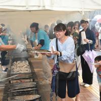 多くの来場者が列をなした昨年の「おながわ秋刀魚収獲祭」。今年も昨年同様、女川駅前のレンガ道で開く=女川町で2018年9月、百武信幸撮影