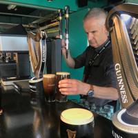 ギネスストアハウスでは、できたてのギネスを試飲できる=ダブリンで2019年8月8日、大谷津統一撮影