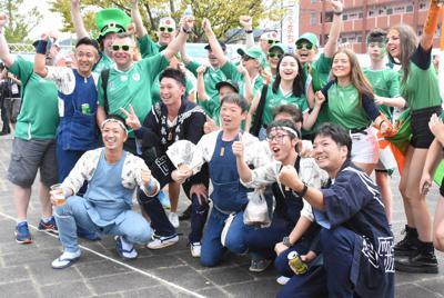JR愛野駅前のおもてなしゾーンで地元の住民たちと盛り上がるアイルランドからの観戦客=静岡県袋井市で2019年9月28日午前11時35分、古川幸奈撮影